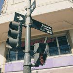 Lampu lalu lintas menunjukkan tanda dan panah yang menunjuk ke Avenida Córdoba.